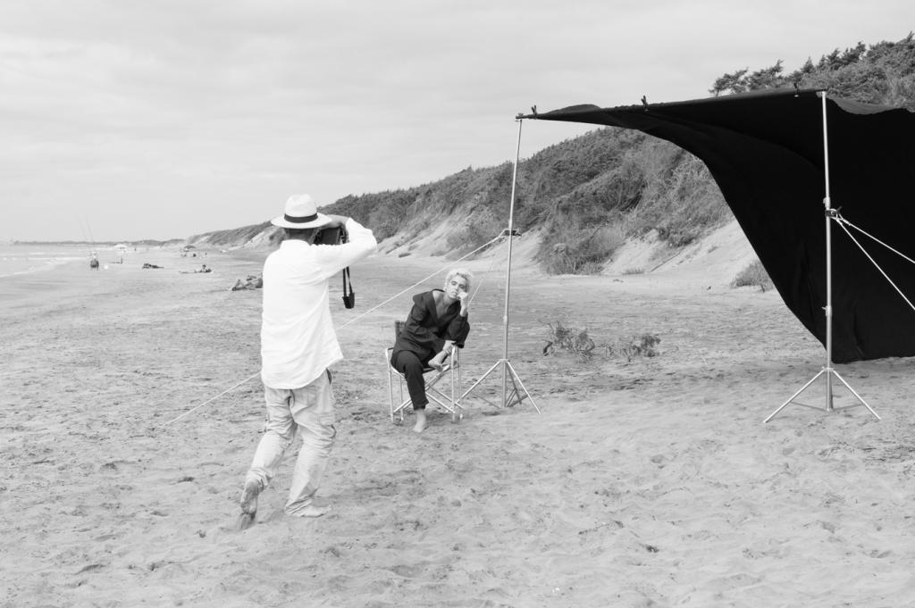 Simone Passeri che scatta sul set del workshop The Last Day of Summer a Sabaudia. Con Albachiara Gandolfo.